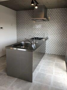 ペニンシュラ型キッチン(調理側と反対側にもスペースがある画像)