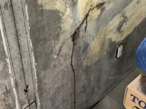 クロスをはがしたコンクリート壁の亀裂から雨漏り